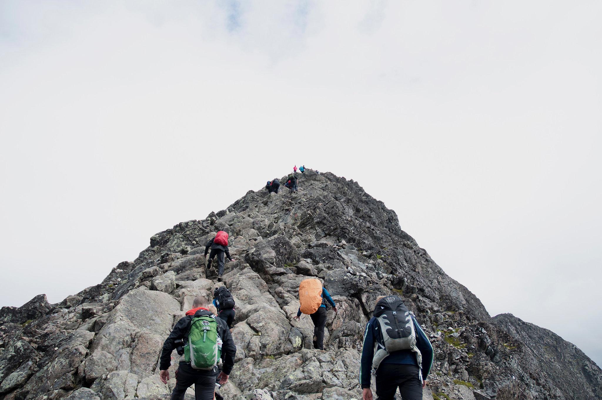 mensen klimmen een berg op